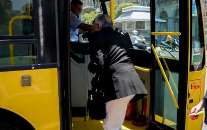 Επιβίβαση σε λεωφορεία και τρόλεϊ μόνο από την μπροστινή πόρτα